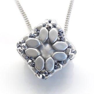 In dit pakket zit alles om de Bola hanger naar het patroon van les perles par puca® zelf te kunnen maken en is te koop bij kralenwinkel Limited Edition in de kleur zilver.