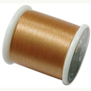Dit KO draad is perfect om te gebruiken met kleine kraaltjes en is te koop bij kralenwinkel Limited Edition in Den Haag in de kleur goud.