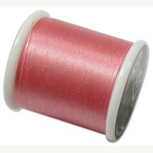 Dit KO draad is perfect om te gebruiken met kleine kraaltjes en is te koop bij kralenwinkel Limited Edition in Den Haag in de kleur Rose.