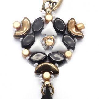 In dit pakket zit alles om de Abi oorbellen naar het patroon van les perles par puca® zelf te kunnen maken en is te koop bij kralenwinkel Limited Edition in de kleur wit/zwart/goud