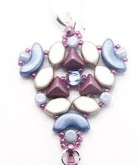 In dit pakket zit alles om de Abi oorbellen naar het patroon van les perles par puca® zelf te kunnen maken en is te koop bij kralenwinkel Limited Edition in de kleur paars/blauw/wit.
