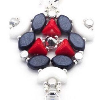 In dit pakket zit alles om de Abi oorbellen naar het patroon van les perles par puca® zelf te kunnen maken en is te koop bij kralenwinkel Limited Edition in de kleur wit/rood/blauw.