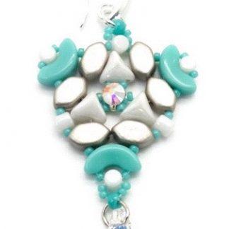 In dit pakket zit alles om de Abi oorbellen naar het patroon van les perles par puca® zelf te kunnen maken en is te koop bij kralenwinkel Limited Edition in de kleur turquoise/wit.