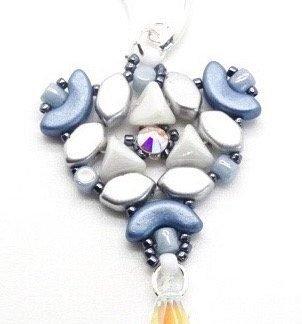 In dit pakket zit alles om de Abi oorbellen naar het patroon van les perles par puca® zelf te kunnen maken en is te koop bij kralenwinkel Limited Edition in de kleur blauw/wit.