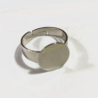 Op deze verstelbare ring zit een plaatje waar iets opgeplakt kan worden en is te koop bij kralenwinkel Limited Edition in Den Haag.