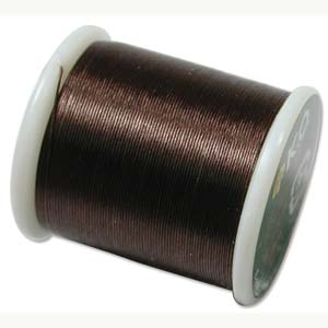 Dit KO draad is perfect om te gebruiken met kleine kraaltjes en is te koop bij kralenwinkel Limited Edition in Den Haag in de kleur Dark Brown.