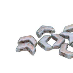 De Chevron Duo is een V-vormige met twee gaten die leuk te gebruiken is in patroontjes en is te koop bij kralenwinkel Limited Edition in Den Haag in de kleur 02010-65431.
