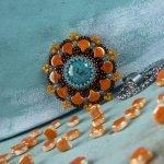 Het gratis rijgpatroon 'Chrystanthemum pendant' is te vinden bij kralenwinkel Limited Edition in Den Haag.
