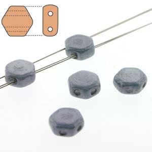 De Honeycomb is een zeshoekige kraal met twee gaten die leuk te gebruiken is in patroontjes en is te koop bij kralenwinkel Limited Edition in Den Haag in de kleur 03000-14464.