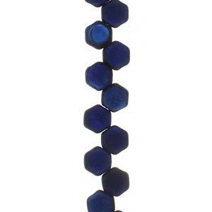 De Honeycomb is een zeshoekige kraal met twee gaten die leuk te gebruiken is in patroontjes en is te koop bij kralenwinkel Limited Edition in Den Haag in de kleur 23980-22283.