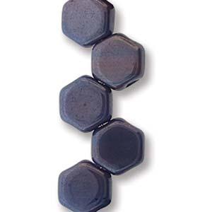 De Honeycomb is een zeshoekige kraal met twee gaten die leuk te gebruiken is in patroontjes en is te koop bij kralenwinkel Limited Edition in Den Haag in de kleur 99995-14464.