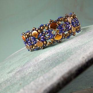 Het gratis rijgpatroon 'Shiraz Bracelet' is te vinden bij kralenwinkel Limited Edition in Den Haag.
