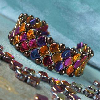 Het gratis rijgpatroon 'Snake Skin Bracelet' is te vinden bij kralenwinkel Limited Edition in Den Haag.