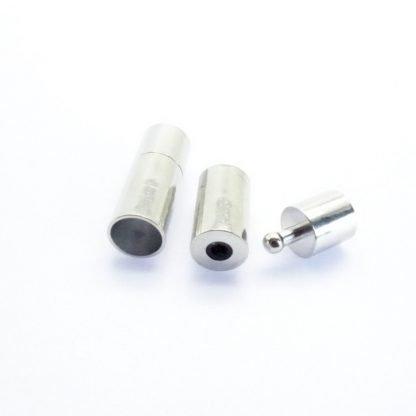Dit steekslot met een gat van 6mm kan gebruikt worden om bijvoorbeeld leer koord in te plakken en is te koop bij Limited Edition in Den Haag.