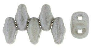 De MiniDuo van Matubo heeft twee gaatjes en is te koop bij kralenwinkel Limited Edition in Den Haag in de kleur 14449WH.
