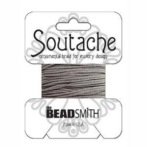 Dit 3mm Soutache koord van Beadsmith word op kaartjes verkocht bij kralenwinkel Limited Edition in Den Haag in de kleur Smog.