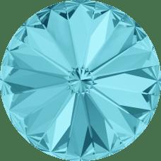 Deze ronde Rivoli steen van Swarovski heeft een puntige achterkant en is te koop bij kralenwinkel Limited Edition in Den Haag in de maat 14mm in de kleur Light Turquoise Foiled.