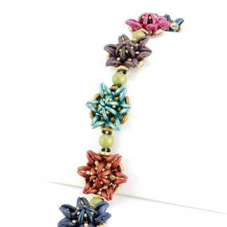 Het gratis rijgpatroon 'Starflower Bracelet' is te vinden bij kralenwinkel Limited Edition in Den Haag.