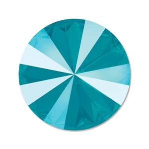 Deze ronde Rivoli steen van Swarovski heeft een puntige achterkant en is te koop bij kralenwinkel Limited Edition in Den Haag in de maat 14mm in de kleur Azure Blue.