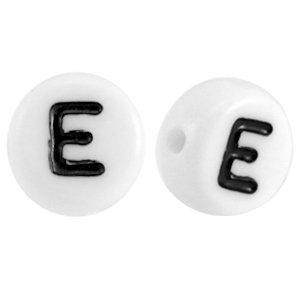 Deze wit zwarte acryl letter kralen zijn te koop bij kralenwinkel Limited Edition in Den Haag in de vorm van een e.