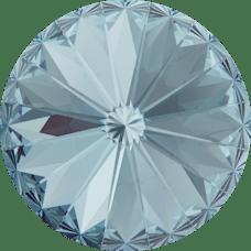 Deze ronde Rivoli steen van Swarovski heeft een puntige achterkant en is te koop bij kralenwinkel Limited Edition in Den Haag in de maat 12mm in de kleur Aquamarine Foiled.