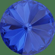 Deze ronde Rivoli steen van Swarovski heeft een puntige achterkant en is te koop bij kralenwinkel Limited Edition in Den Haag in de maat 12mm in de kleur Majestic Blue Foiled.