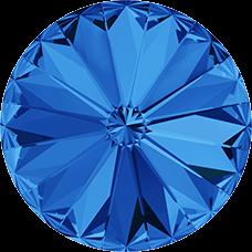 Deze ronde Rivoli steen van Swarovski heeft een puntige achterkant en is te koop bij kralenwinkel Limited Edition in Den Haag in de maat 10mm in de kleur Sapphire Foiled.
