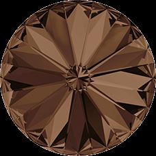 Deze ronde Rivoli steen van Swarovski heeft een puntige achterkant en is te koop bij kralenwinkel Limited Edition in Den Haag in de maat 10mm in de kleur Smoked Topaz Foiled.