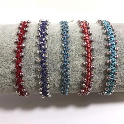 Deze leuke macrame armbandjes kun je leren maken bij een workshop in onze kralen winkel Limited Edition in Den Haag.