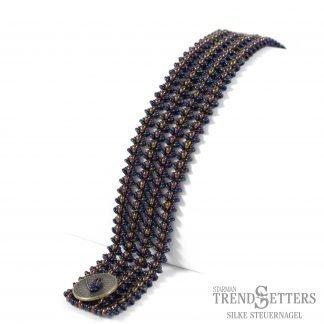 Het gratis rijgpatroon 'Gita Bracelet' is te vinden bij kralenwinkel Limited Edition in Den Haag.