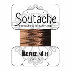 Dit 3mm Soutache koord van Beadsmith word op kaartjes verkocht bij kralenwinkel Limited Edition in Den Haag in de kleur Bronze Metallic.