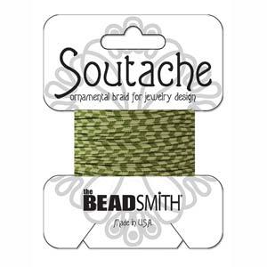 Dit 3mm Soutache koord van Beadsmith word op kaartjes verkocht bij kralenwinkel Limited Edition in Den Haag in de kleur Celery Ivy Stripe.