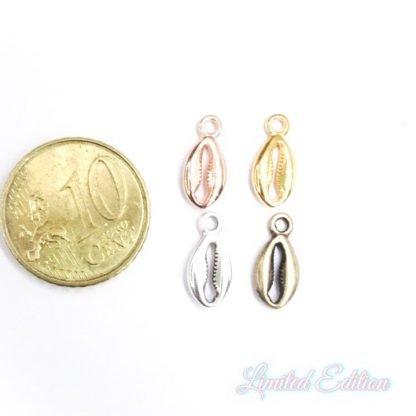 Deze bedel van Designer Quality in de vorm van een kauri schelp met gaten zijn te koop bij kralenwinkel Limited Edition in Den Haag.