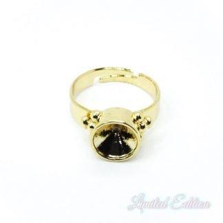 Deze verstelbare ring heeft een setting waar een SS39 swarovski steen in past en is te koop bij kralenwinkel Limited Edition in Den Haag in de kleur goud.