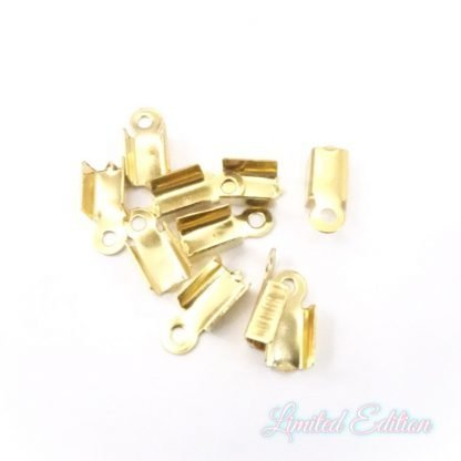 Deze goudkleurige 10x4mm leerveterklemmetjes van roestvrijstaal zijn ideaal om sieraden mee af te werken en te koop bij kralenwinkel Limited Edition in Den Haag.