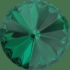 Deze ronde Rivoli steen van Swarovski heeft een puntige achterkant en is te koop bij kralenwinkel Limited Edition in Den Haag in de maat 10mm in de kleur Emerald Foiled.