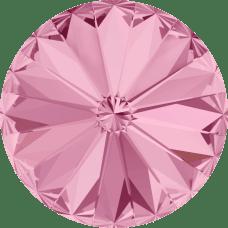 Deze ronde Rivoli steen van Swarovski heeft een puntige achterkant en is te koop bij kralenwinkel Limited Edition in Den Haag in de maat 10mm in de kleur Light Rose Foiled.