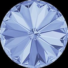 Deze ronde Rivoli steen van Swarovski heeft een puntige achterkant en is te koop bij kralenwinkel Limited Edition in Den Haag in de maat 10mm in de kleur Light Sapphire Foiled.