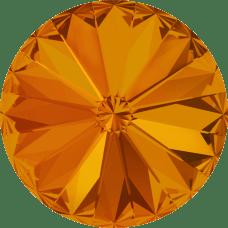Deze ronde Rivoli steen van Swarovski heeft een puntige achterkant en is te koop bij kralenwinkel Limited Edition in Den Haag in de maat 10mm in de kleur Tangerine Foiled.