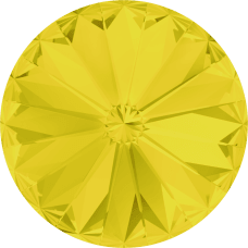 Deze ronde Rivoli steen van Swarovski heeft een puntige achterkant en is te koop bij kralenwinkel Limited Edition in Den Haag in de maat 10mm in de kleur Yellow Opal Foiled.