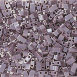 Deze Miyuki Half Tilas zijn de helft van de normale Miyuki TIla beads en zijn te koop bij kralenwinkel Limited Edition in Den Haag in de kleur 0437.