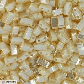 Deze Miyuki Half Tilas zijn de helft van de normale Miyuki TIla beads en zijn te koop bij kralenwinkel Limited Edition in Den Haag in de kleur 0592.