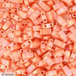 Deze Miyuki Half Tilas zijn de helft van de normale Miyuki TIla beads en zijn te koop bij kralenwinkel Limited Edition in Den Haag in de kleur 0596.