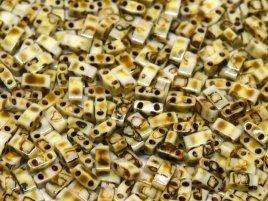 Deze Miyuki Half Tilas zijn de helft van de normale Miyuki TIla beads en zijn te koop bij kralenwinkel Limited Edition in Den Haag in de kleur 4512.