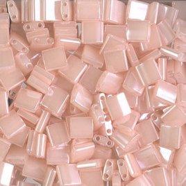 De Miyuki Tila glaskraal heeft twee gaten en is te koop bij kralenwinkel Limited Edition in Den Haag in de kleur 0519.
