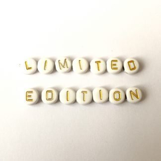 Deze acryl letterkralen zijn te koop bij kralenwinkel Limited Edition in Den Haag in de kleur wit met goud.