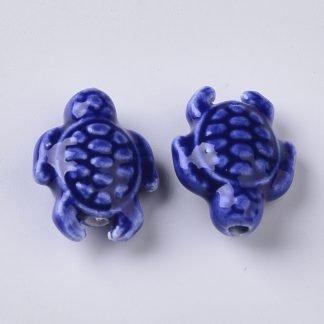 Deze porseleinen schildpad kraal is te koop bij kralenwinkel Limited Edition in Den Haag in de kleur donker blauw.