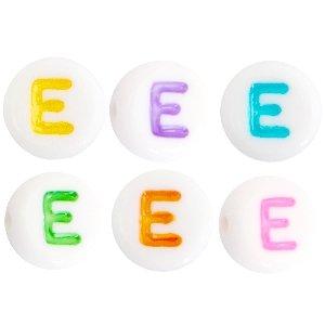 Deze wit multicolour acryl letter kralen zijn te koop bij kralenwinkel Limited Edition in Den Haag in de vorm van een e.