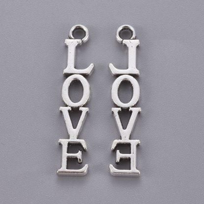Deze bedel met de tekst Love erop is te koop bij kralenwinkel Limited Edition in de kleur antiek zilver.