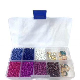 In deze voordeeldoos zitten verschillende kleuren rocailles en bedels om de leukste armbanden of kettingen mee te maken en is te koop bij kralenwinkel Limited Edition in Den Haag.